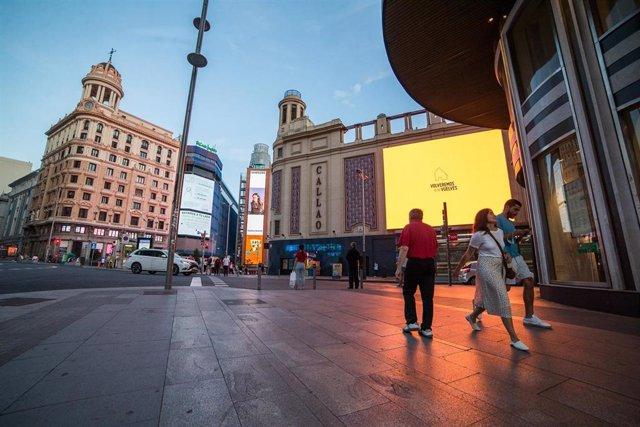 Archivo - Varias personas pasean por la Plaza Callao de Madrid durante el primer fin de semana de fase 1 de desescalada por la pandemia de coronavirus COVID19. En Madrid, España, a 29 de mayo de 2020.