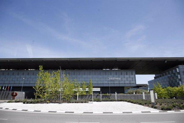 Archivo - Vista exterior del edificio de la sede de Telefónica, situado en la Ronda de la Comunicación de Madrid.
