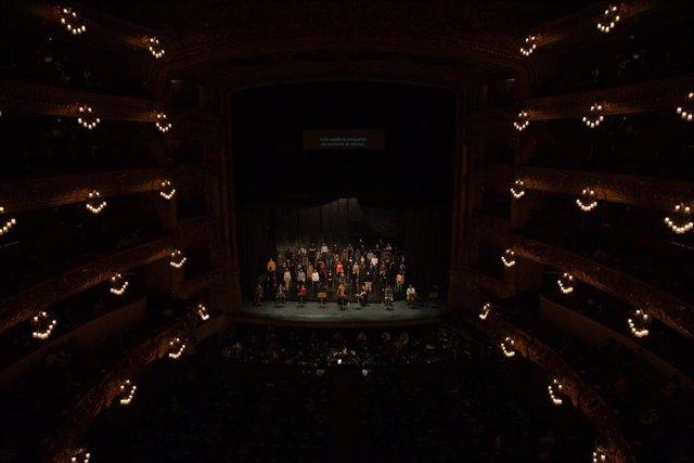 Archivo - La directora italiana Speranza Scapucci dirige la orquesta durante el ensayo de una escena de 'La Traviata' con solistas, coro del Liceu y piano, en Barcelona, Catalunya (España), a 24 de noviembre de 2020