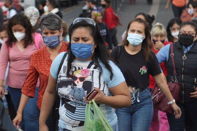 Archivo - Mujeres con mascarilla en una estación de autobuses en Ciudad de México
