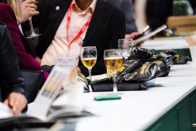 Archivo - Dos personas beben una copa de cerveza, en Madrid (España) a 24 de febrero de 2020.