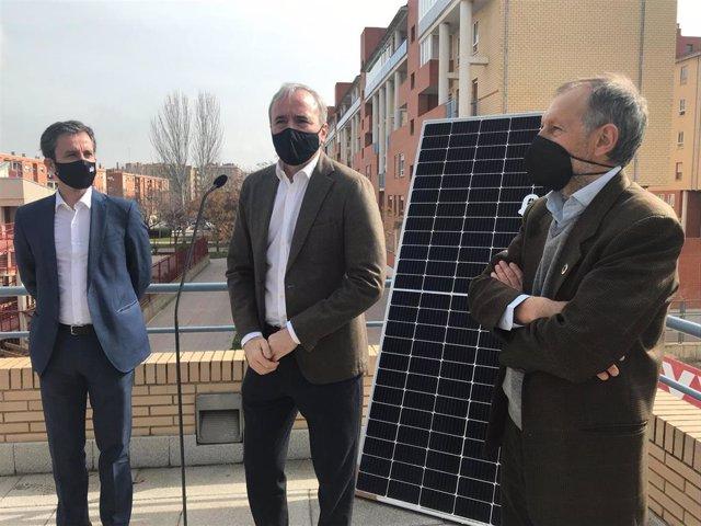 El alcalde de Zaragoza, Jorge Azcón; y los directores generales de EDP Solar, Gabriel Nebreda y ECODES, Víctor Viñuales, dan a conocer los avances de la primera comunidad de autoconsumo colectivo en España en el Actur