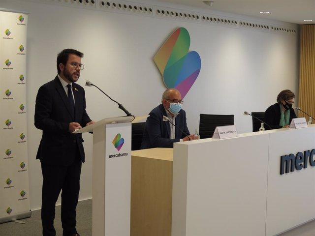 (E-D) El vicepresident de La Generalitat en funcions, Pere Aragonès, el conseller d'Educació en funcions, Josep Bargalló, i la regidora de Comerç i Mercats de l'Ajuntament de Barcelona, Montserrat Ballarín, en una roda de premsa.