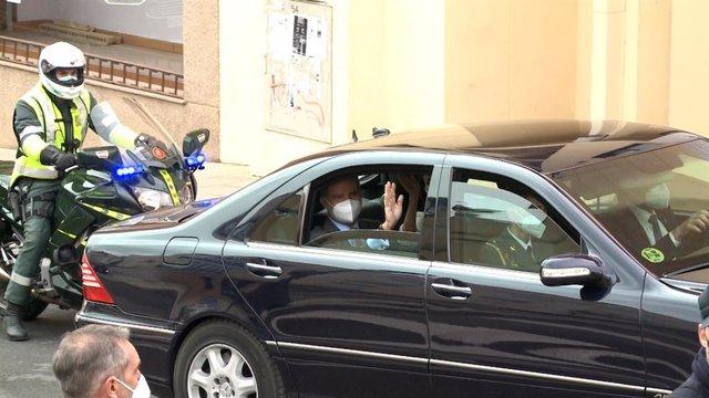 El Rey Felipe VI saluda a los cacereños a su salida del Museo de Arte Helga de Alvear