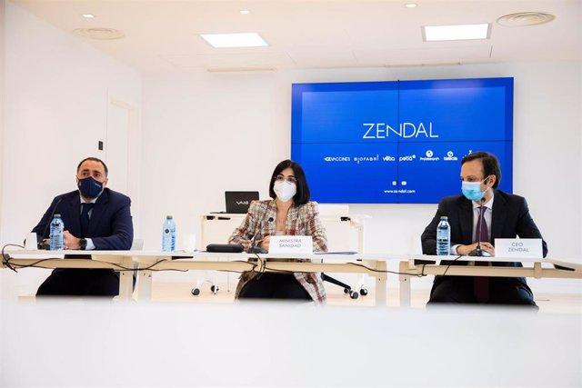 La ministra de Sanidad, Carolina Darias (centro), junto al conselleiro de Sanidade, Julio García Comesaña (i), y el CEO del grupo Zendal, Andrés Fernández (d), comparecen con motivo de la visita de Darias a la planta de Biofabri en O Porriño.