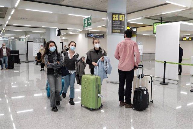 Archivo - Un dispositivo de controles de PCR en el aeropuerto de Palma de Mallorca (Islas Baleares), a 20 de diciembre de 2020.