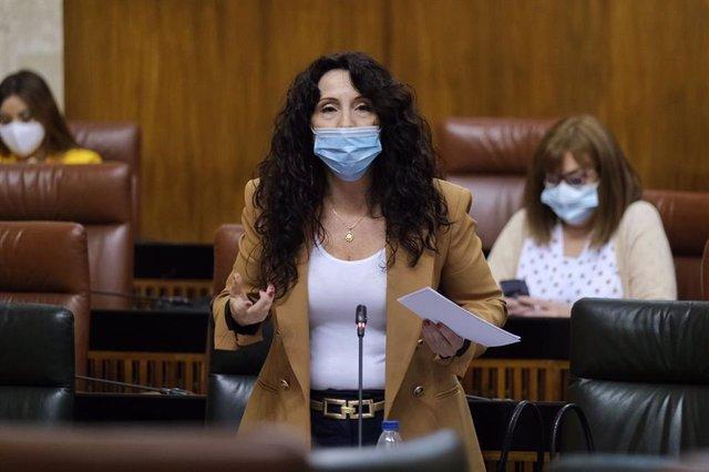 La consejera de Igualdad, Políticas Sociales y Conciliación, Rocío Ruiz, en el Pleno del Parlamento