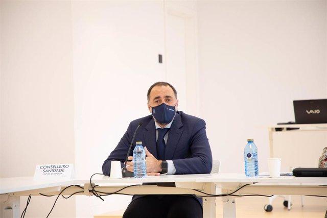 El conselleiro de Sanidade, Julio García Comesaña, en una comparecencia ante los medios en la planta de Biofabri de O Porriño, con motivo de una visita de la ministra de Sanidad, Carolina Darias, a las instalaciones.
