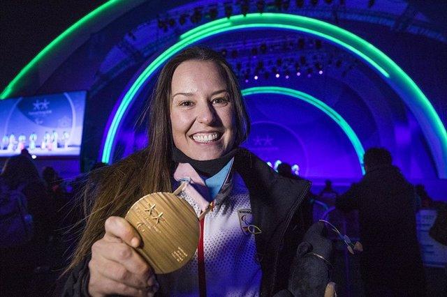 Archivo - Astrid Fina con su bronce paralímpico de snowboard cross