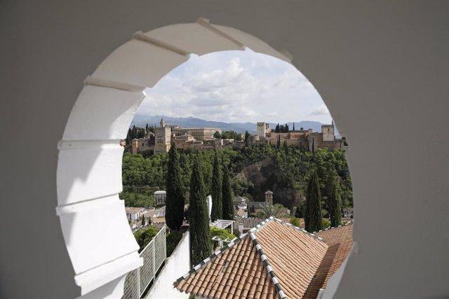 Archivo - La Mezquita Mayor de Granada vacía por la crisis del coronavirus, en la primera ola de la pandemia