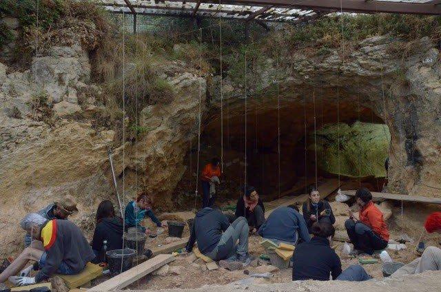 Excavaciones en la Cova de les Teixoneres, en Moià (Barcelona)