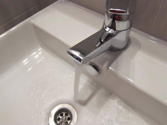 Archivo - Grifo de agua en una vivienda