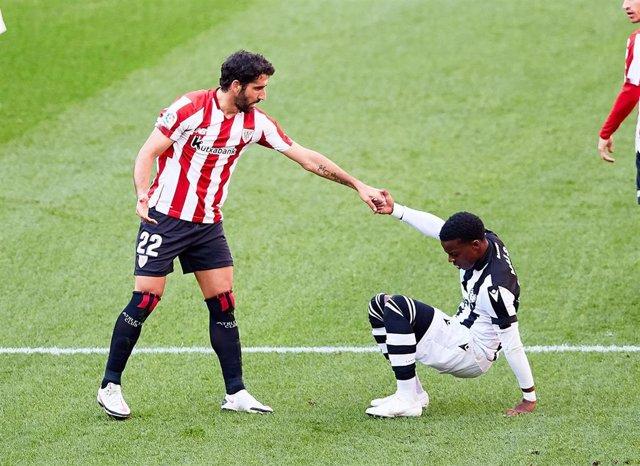 Archivo - Raúl García ayuda a levantarse a Michael Malsa durante el Athletic-Levante de LaLiga Santander 2020-2021