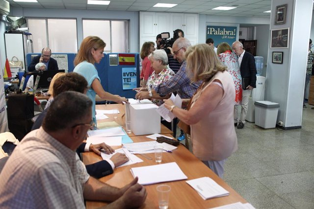 Archivo - Arxiu - Els afiliats voten en les eleccions primàries per elegir el líder del PP a la mesa electoral del districte de Salamanca (Madrid)