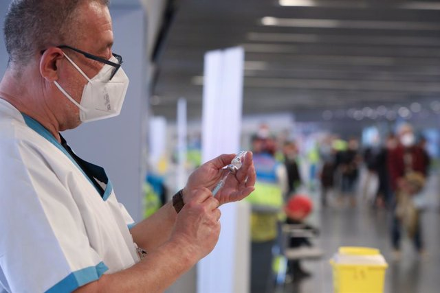 Un sanitario prepara una vacuna en el punto de vacunación contra el Covid-19 puesto en marcha en el Estadio Wanda Metropolitano
