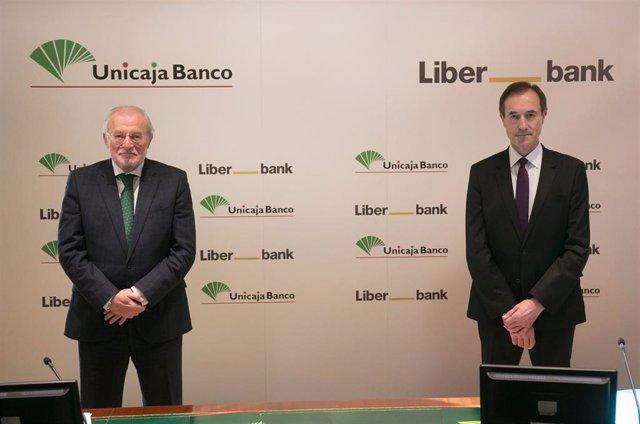Archivo - Manuel Azuaga (Unicaja) y Manuel Menéndez (Liberbank)