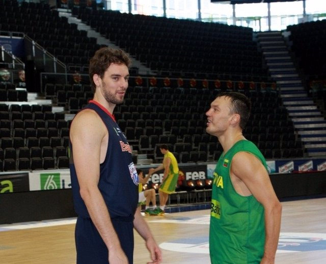 Pau Gasol y Sarunas Jasikevicius, cuando ambos eran jugadores y antes de un España - Lituania