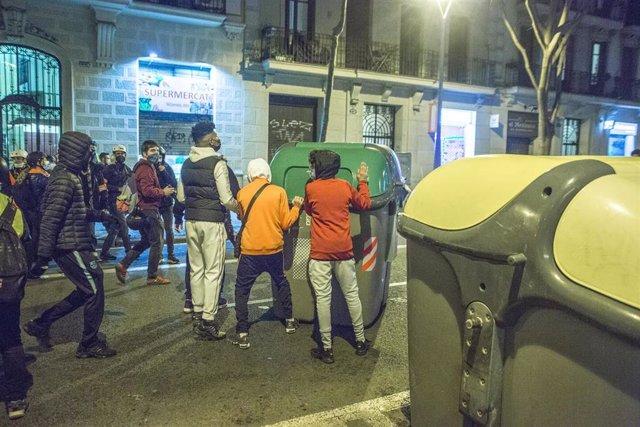 Los manifestantes vacían los contenedores de basura durante una protesta contra el encarcelamiento del rapero español Pau Rivadulla Duro, conocido como Pablo Hasel