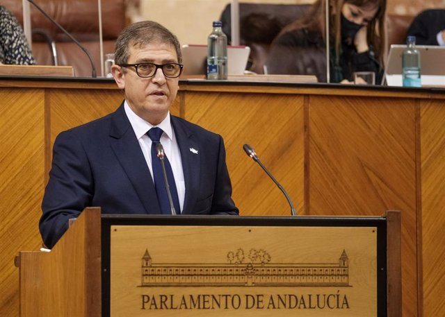 El diputado de Vox, Eugenio Moltó, ha defendido la PNL de su grupo que pedía hacer ondear las banderas a media asta.