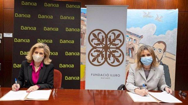 La directora de zona Maresme Sud de Bankia, Berta Blancafort, i la directora de la Fundació Iluro, Marta Ibarz, signen un acord
