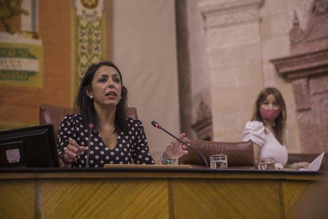 Archivo - La presidenta del Parlamento andaluz, Marta Bosquet (i),en una foto de archivo.