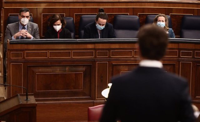 (I-D) El presidente del Gobierno, Pedro Sánchez; la vicepresidenta primera del Gobierno, Carmen Calvo; el secretario general de Podemos y vicepresidente segundo del Gobierno, Pablo Iglesias; y la vicepresidenta tercera y ministra de Asuntos Económicos y T