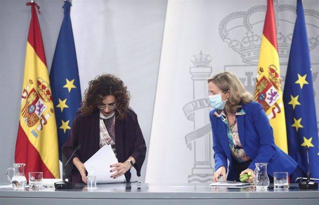 Archivo - (I-D) La ministra Portavoz y de Hacienda, María Jesús Montero, y la vicepresidenta y ministra de Asuntos Económicos y Digitalización, Nadia Calviño, comparecen en rueda de prensa posterior a un Consejo de Ministros