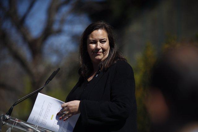 La presidenta de la Asociación Víctimas del Terrorismo (AVT), Maite Araluce, durante su intervención en el acto en memoria de las víctimas del 11-M en el Bosque del Recuerdo del parque del Retiro.