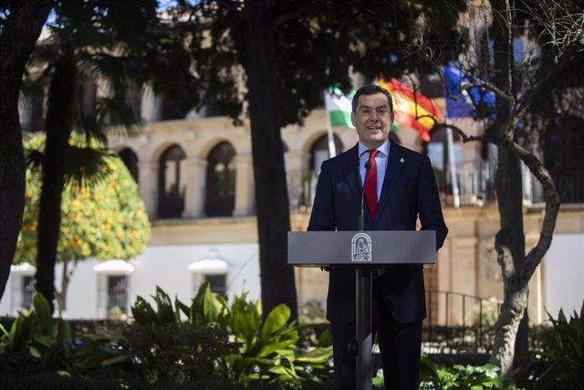 El presidente de la Junta de Andalucía, Juanma Moreno, en una foto de archivo tras la reunión del Consejo de Gobierno celebrada el 23 de febrero de 2021 en Ronda (Málaga).