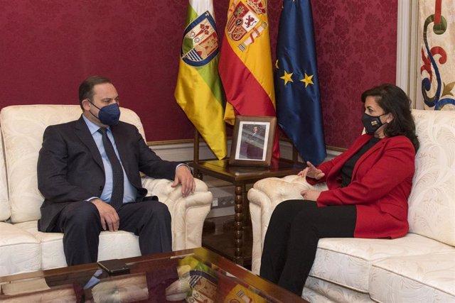 La presidenta del Gobierno de La Rioja, Concha Andreu (d), y el ministro de Transportes, Movilidad y Agenda Urbana, José Luis Ábalos (i), durante una reunión en la sede del Gobierno de La Rioja, en Logroño, La Rioja (España)
