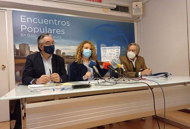 Archivo - La presidenta del PP en Asturias, María Teresa Mallada, junto al portavoz adjunto del Grupo Parlamentario Popular, Pablo González, y el portavoz municipal 'popular', Alberto López-Asenjo.
