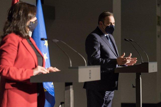 El ministro de Transportes, Movilidad y Agenda Urbana, José Luis Ábalos, junto a la presidenta riojana, Concha Andreu, ofrece una comparecencia de prensa en Riojafórum