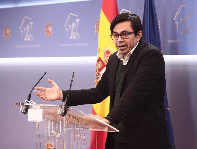 El secretario primero del Congreso y diputado de ECP, Gerardo Pisarello, interviene durante una rueda de prensa posterior a una reunión de la Junta de Portavoces en el Congreso de los Diputados, en Madrid (España), a 23 de febrero de 2021.
