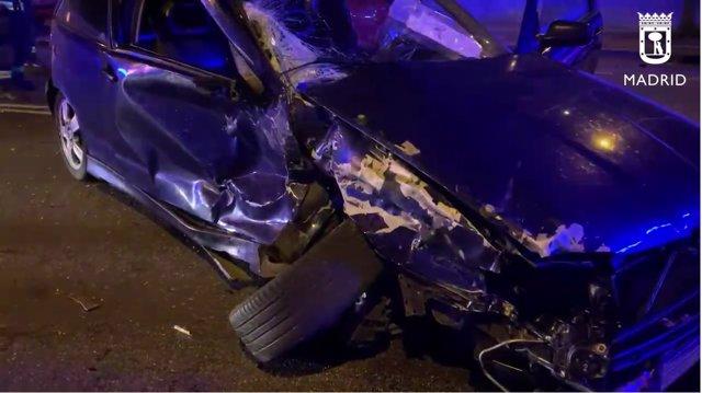 Cuatro heridos en un choque frontal entre dos turismos en Vía Carpetana