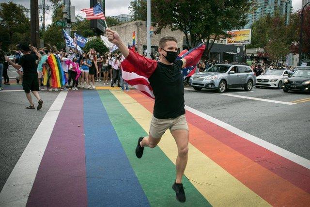 Archivo - La comunidad LGBTQ de Atlanta celebra la victoria de Joe Biden en las eleciones de noviembre.