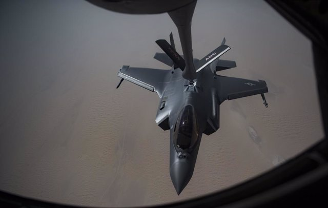 Archivo - May 12, 2019 - Undisclosed location: An Airman piloting an F-35A Lightning II receives fuel from a KC-135 Stratotanker from the 28th Expeditionary Aerial Refueling Squadron, May 12, 2019, at an undisclosed location. The 28th EARS maintains const