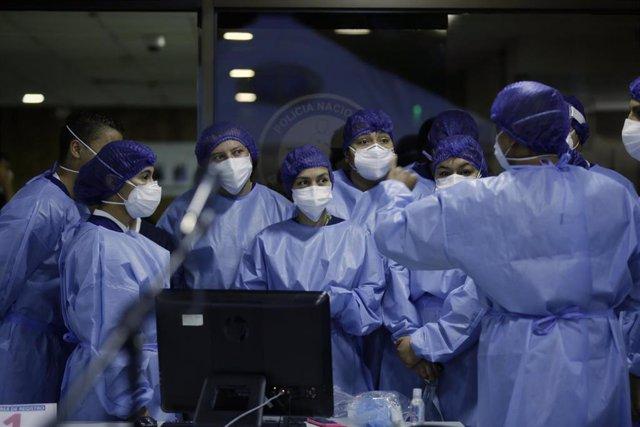 Personal médico en la vacunación contra el coronavirus en Colombia.