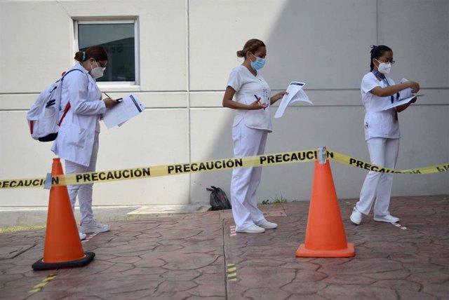 Enfermeras esperan para recibir la segunda dosis de la vacuna contra la COVID-19.