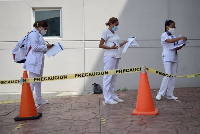 18 February 2021, Mexico, Tuxtla Gutierrez: Nurses stand in a line to apply for the second dose of the coronavirus vaccine in the state of Chiapas. Photo: -/El Universal via ZUMA Wire/dpa