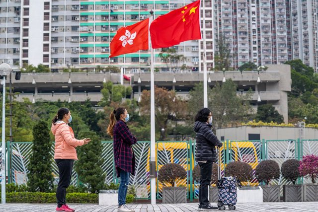 Archivo - 16 December 2020, China, Hong Kong: People line up to have their coronavirsu (COVID-19) swab test done at a makeshift COVID-19 testing centre near a public housing estate. Photo: Geovien So/SOPA Images via ZUMA Wire/dpa