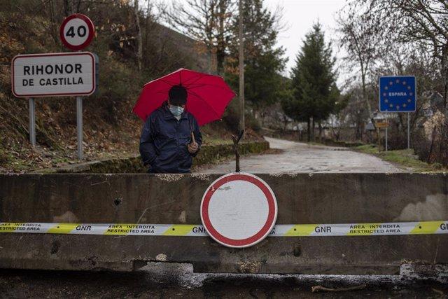 Un hombre pasea alrededor del cierre de la frontera de Rihonor/Rio de Onor en la Sierra de la Culebra (Zamora) con Portugal, en Zamora, Castilla y León (España), a 7 de febrero de 2021. El Gobierno de Portugal decidió cerrar las fronteras con España, al m