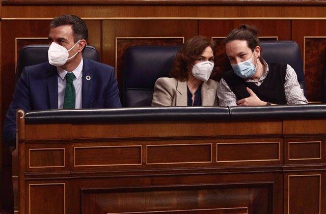 La vicepresidenta primera del Govern central, Carmen Calvo, al costat del president espanyol, Pedro Sánchez, i del vicepresident segon, Pablo Iglesias, al Congrés dels Diputats.