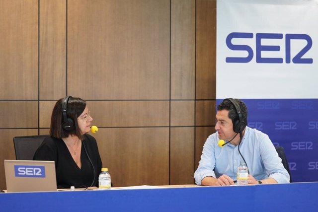 Juanma Moreno, este viernes, durante la entrevista
