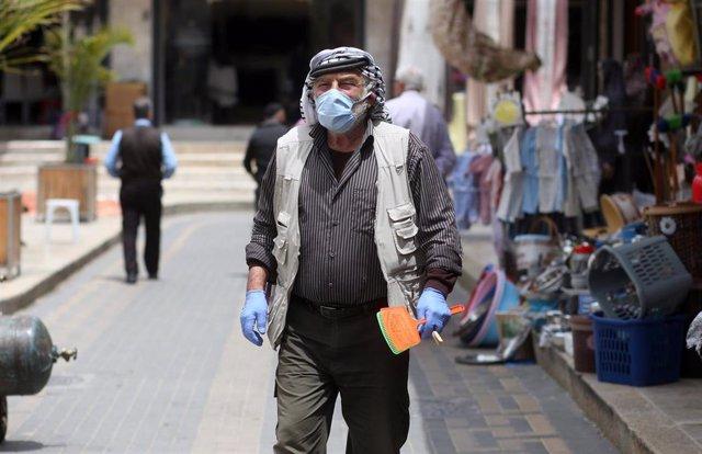 Archivo - Un palestino con mascarilla en la ciudad cisjordana de Nablús durante la pandemia de coronavirus