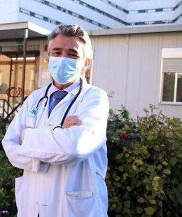 El doctor Jaime Boceta, a las puertas del Hospital Macarena