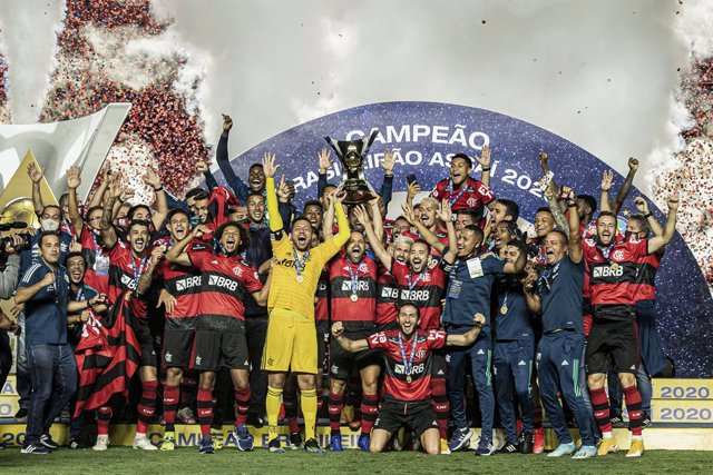 HANDOUT - 26 February 2021, Brazil, Sao Paulo: Flamengo players celebrate with the championship trophy after the end of the Brazilian Serie A soccer match between Sao Paulo and Flamengo at the Cicero Pompeu de Toledo Stadium. Photo: Alexandre Vidal/Clube
