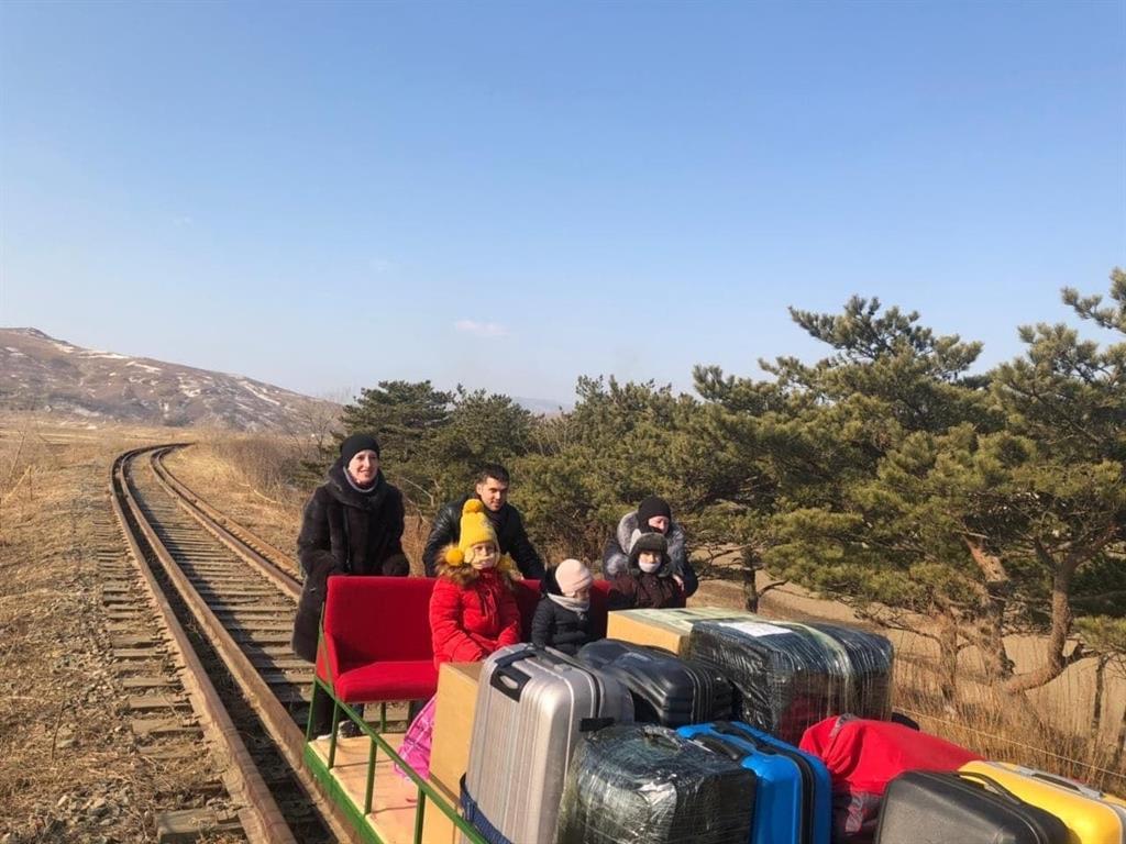 Diplomáticos rusos abandonan Corea del Norte a pie y empujando una vagoneta