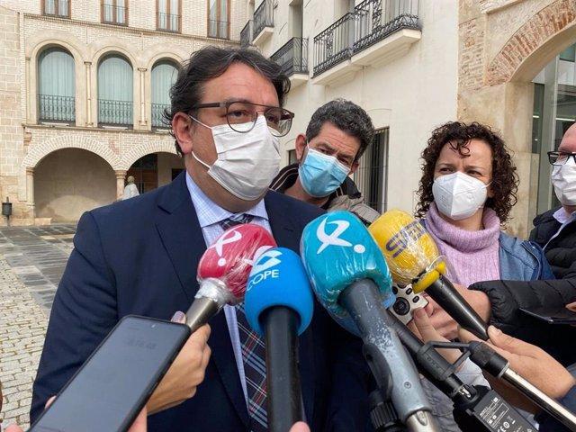 El consejero de Sanidad, José María Vergeles, atiende a los medios en Badajoz