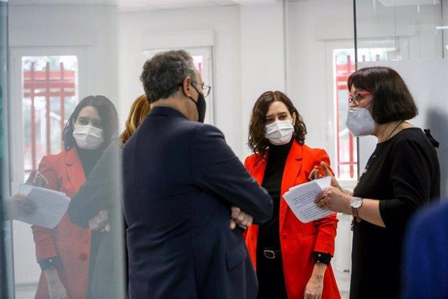 La presidenta de la Comunidad de Madrid, Isabel Díaz Ayuso, visita programada el Instituto de Educación Secundaria (IES) Centro Integral de Formación Profesional a Distancia Ignacio Ellacuría, en Alcorcón, Madrid (España), a 26 de febrero de 2021.