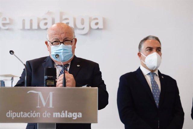 El consejero de Salud y Familias, Jesús Aguirre, atiende a los medios de comunicación junto al consejero de Presidencia andaluz, Elías Bendodo, en Málaga